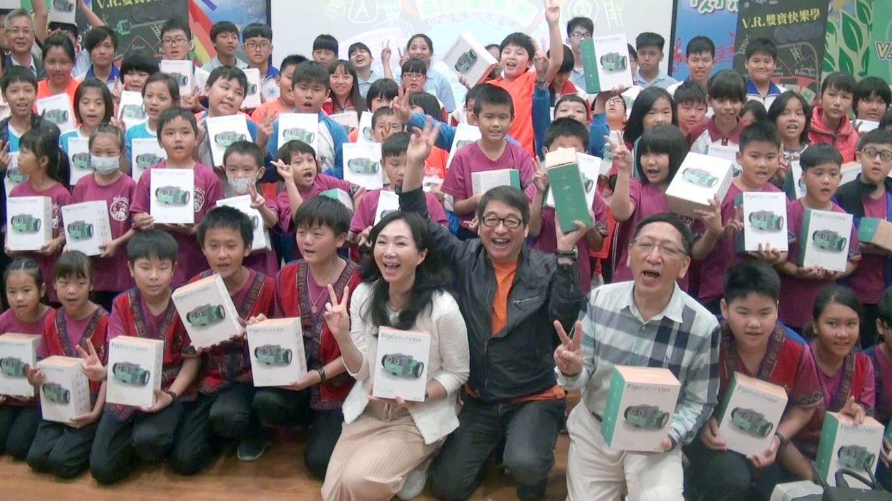 高雄市長夫人李佳芬(前排中)探訪小林國小,和關懷台灣文教基金會熱力推動「機器人教...