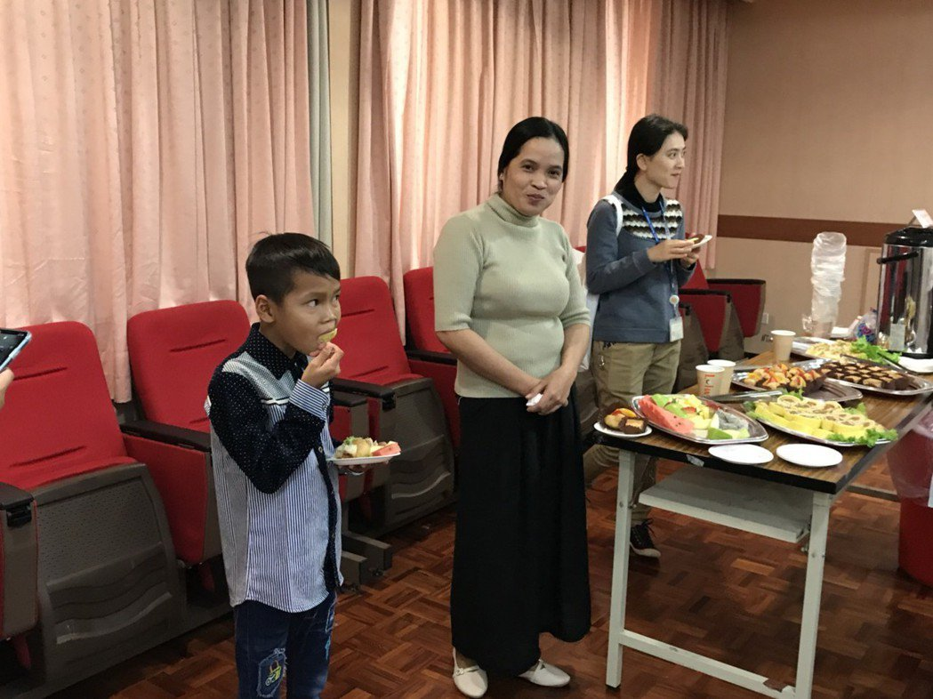 Tola(圖左)術後恢復情況良好,更開心的與媽媽吃著蛋糕。記者簡浩正/攝影