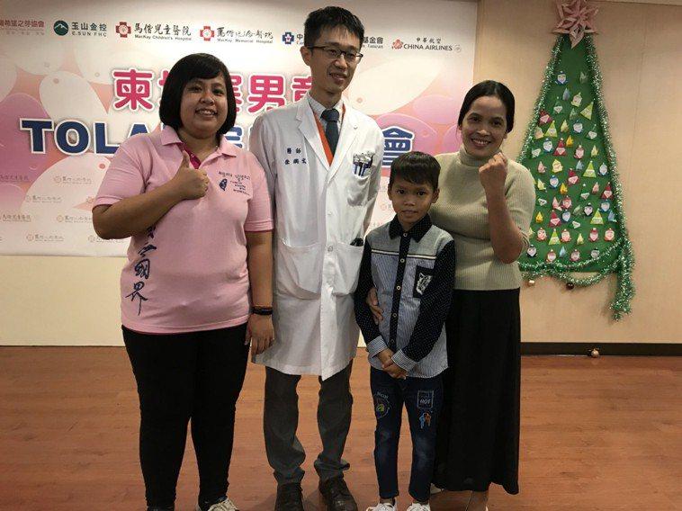 Tola的母親跟Tola(右一跟二)開心的與恩人,替Tola進行手術的馬偕心臟外...