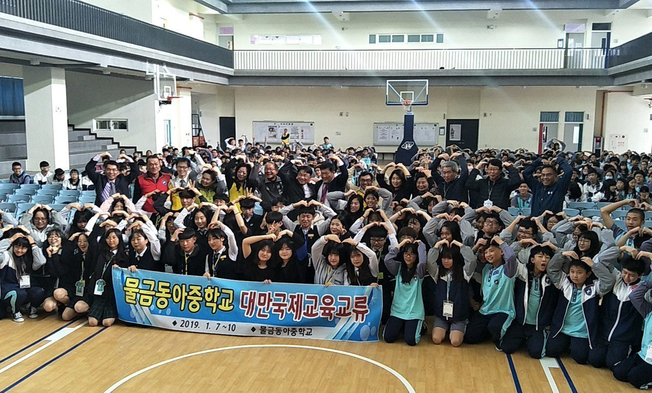 韓國勿禁東亞中學師生訪問姊妹妹大園國中交流,學生一起表演遊戲,受到大園師生接待和...