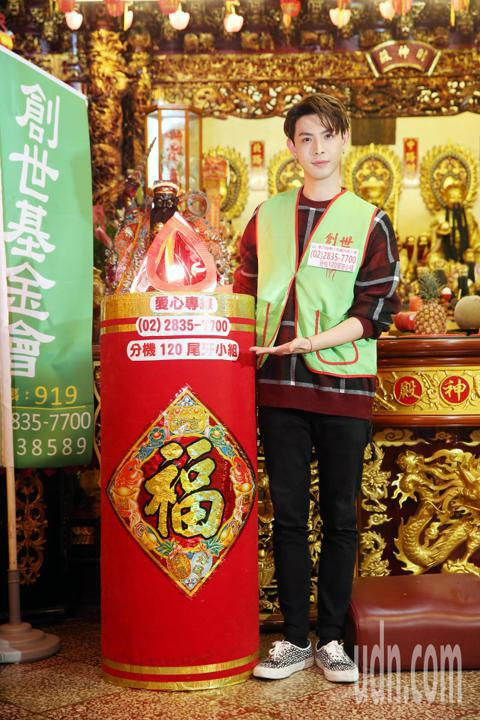 連晨翔今天與義工媽媽們一起來到松山霞海城隍廟,為寒士尾牙活動祈福 ,希望大家幫忙捐款補足尾牙宴不足的金額。