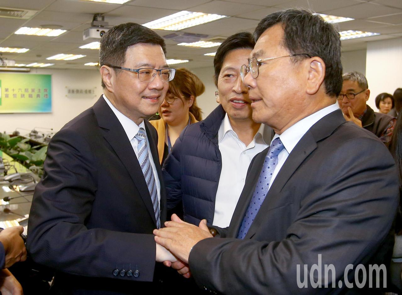 民進黨下午舉行中執會,卓榮泰(左)接任黨主席後與在場人員握手致意。記者陳柏亨/攝...
