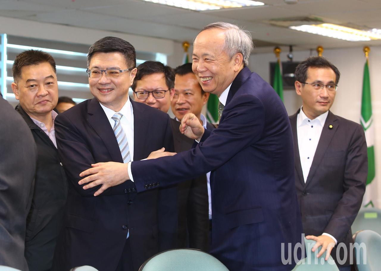 民進黨下午舉行中執會,卓榮泰(左二)接任黨主席後與在場人員握手致意。記者陳柏亨/...