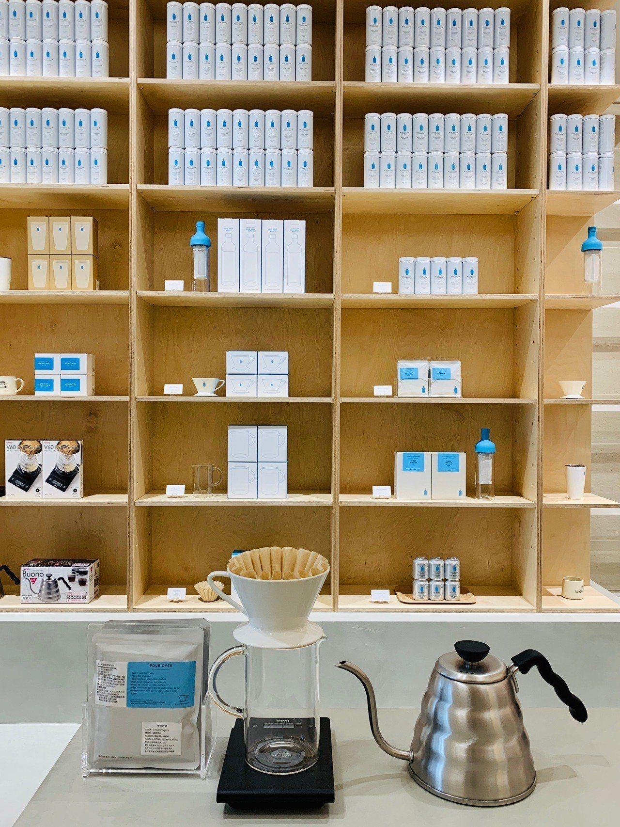 藍瓶門市以木牆簡約設計。記者張芳瑜/攝影
