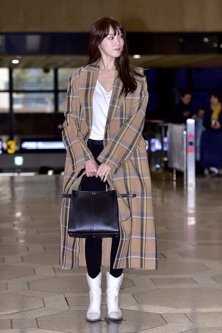 李聖經的機場時尚以Stella McCartney格紋大衣搭配FENDI白色牛仔...