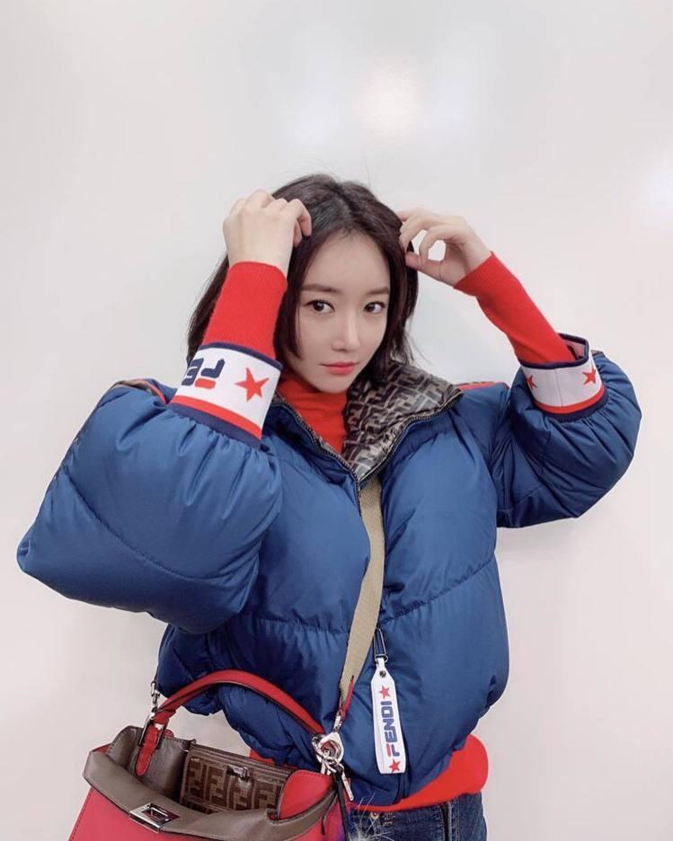 高俊熙在IG曬運動風與奢華包款的搭配。圖/取自IG