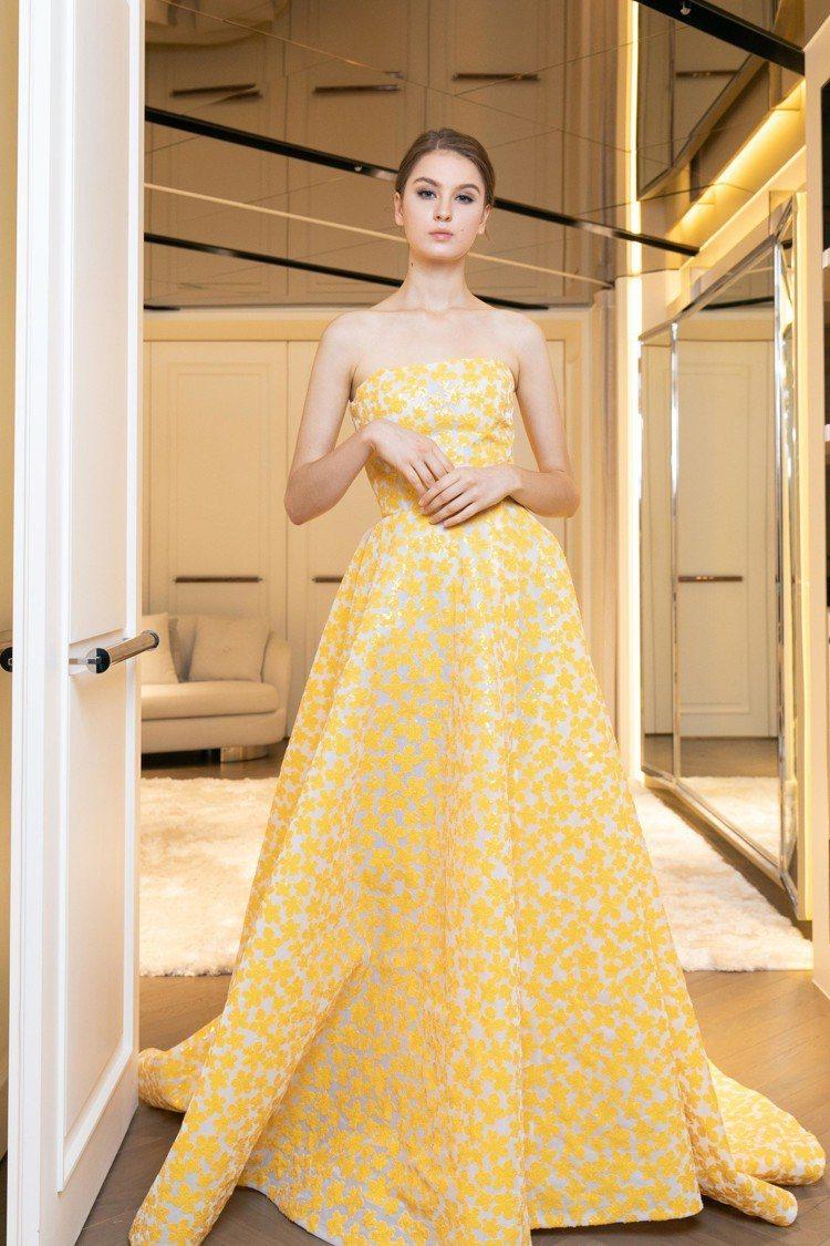 雕花禮服高衩裙擺可以展現美腿或是內搭褲子,打造多層次造型。圖/Nicole + ...