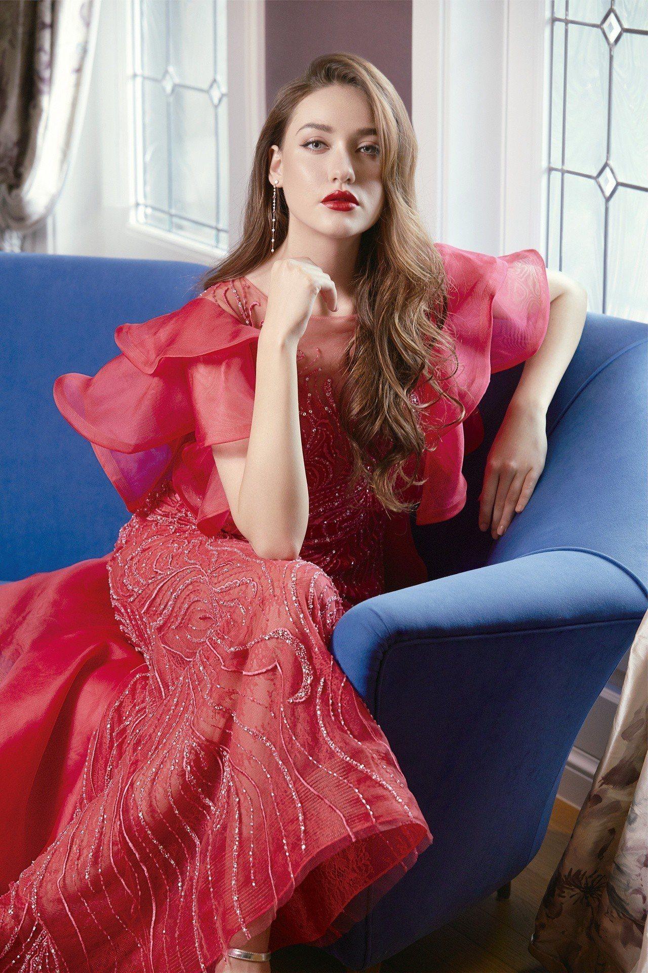 玫瑰紅蕾絲透視荷葉晚禮服。圖/Jasmine Galleria提供