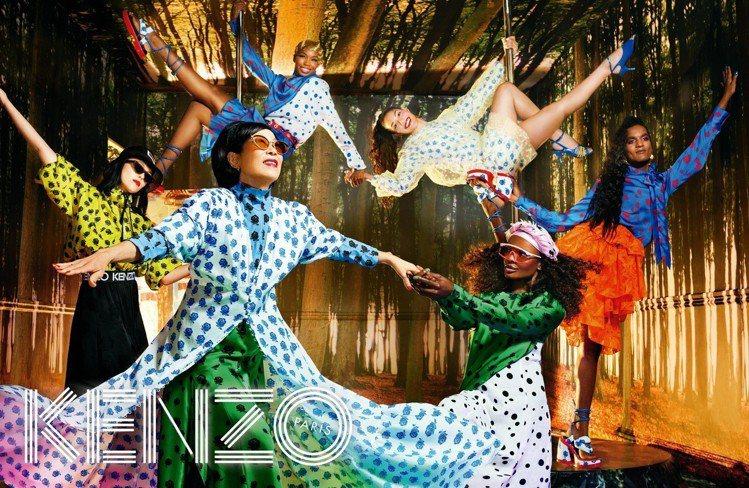KENZO春夏廣告,創意總監之一Humberto Leon的母親(前)也客串演出...