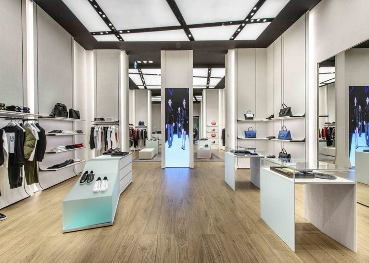 全新的Emporio Armani微風南山旗艦店,其裝潢概念與倫敦店同步,更是全...