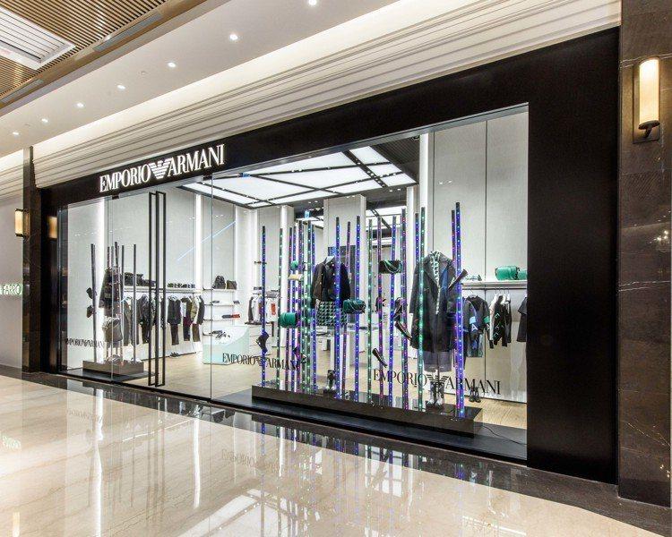 Emporio Armani微風南山旗艦店,一改過去的黑色調店裝,改以米白和木紋...
