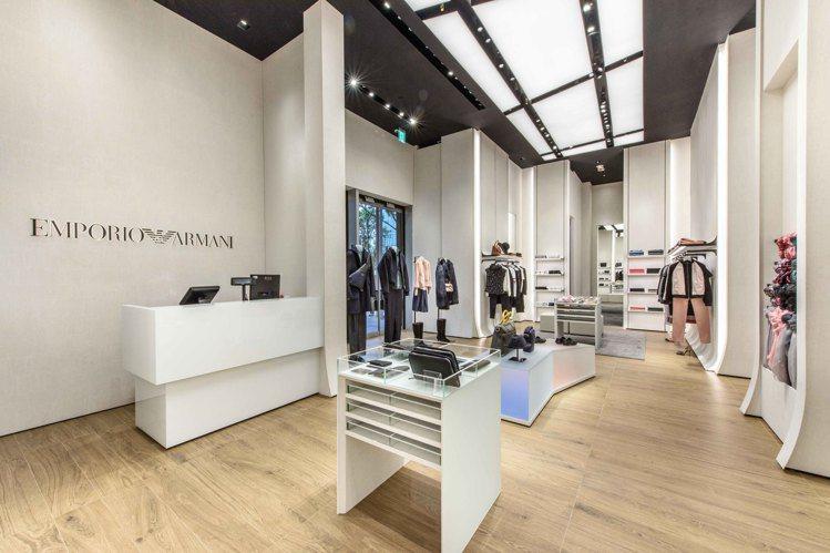 Emporio Armani微風南山旗艦店透過更明亮與開放的空間,更能凸顯出單品...
