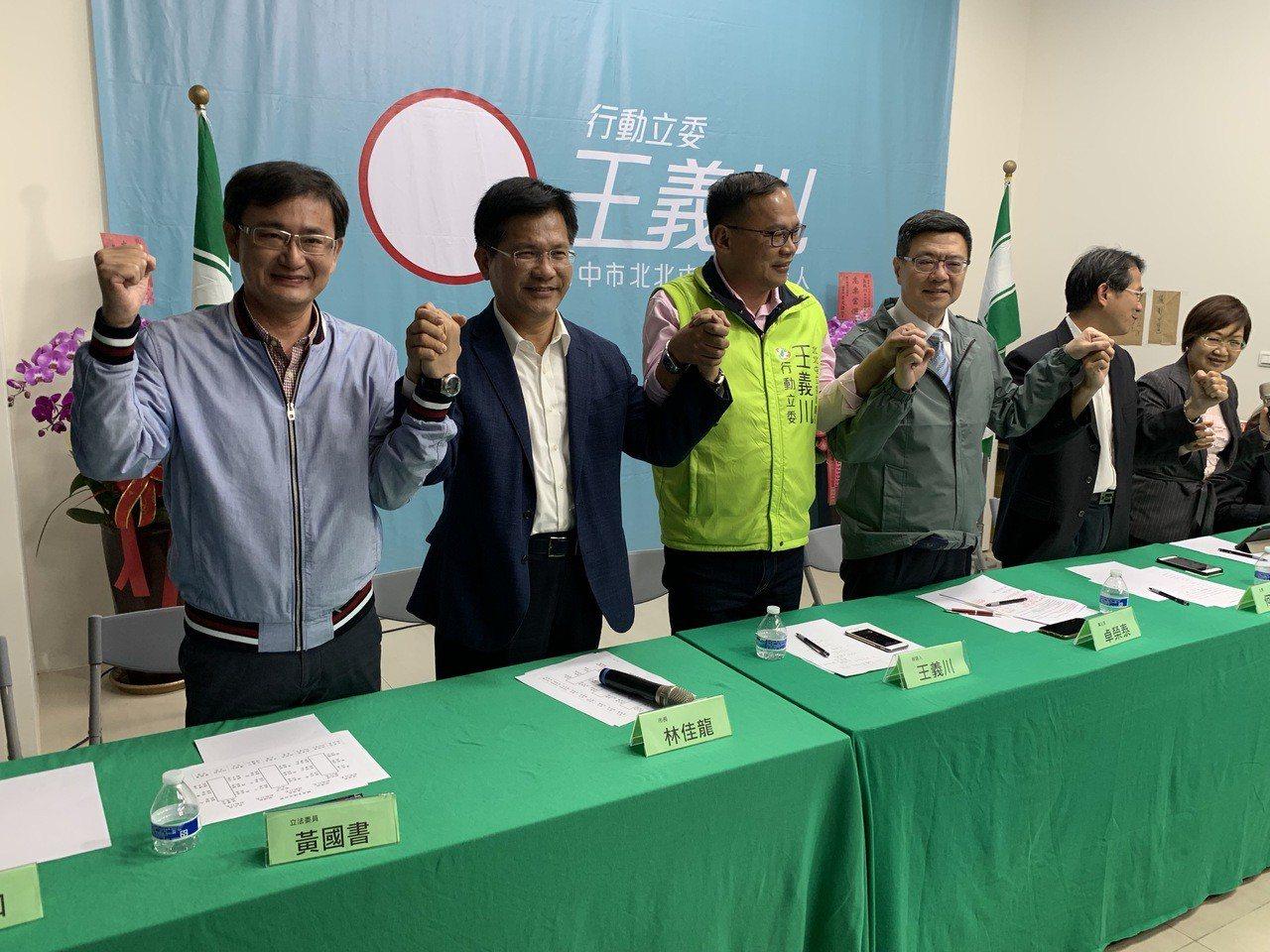 民進黨主席補選卓榮泰(右三)今天走馬上任,晚間8點到台中,針對盧秀燕當選市長後的...