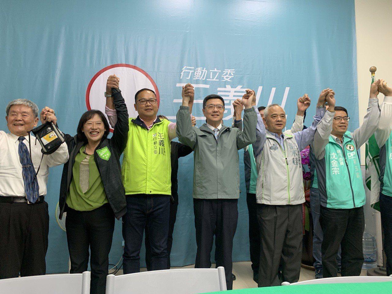 民進黨主席補選卓榮泰(中)走馬上任,晚間8點到台中,針對盧秀燕當選市長後的北屯、...