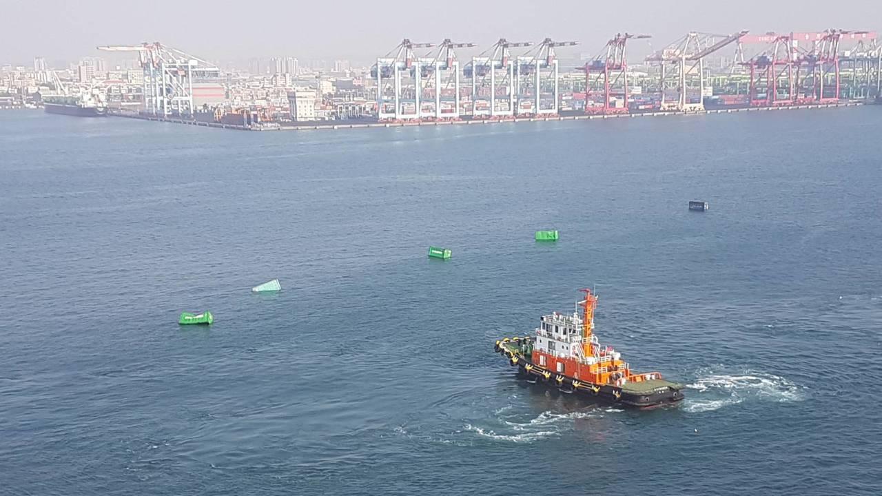 長榮海運高雄港裝卸出意外 13只貨櫃落海