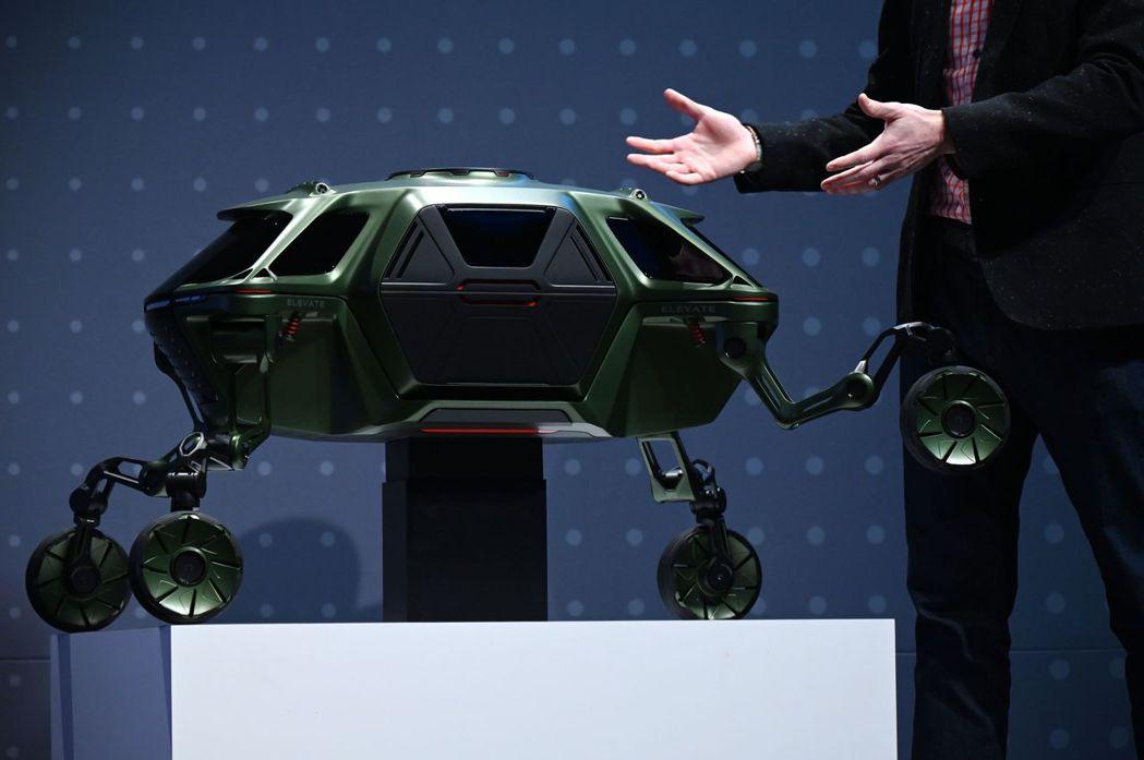 現代汽車今年在CES展出一款長了腳的汽車Elevate,表示這是汽車業未來的先驅,擁有「無限種用途」。法新社