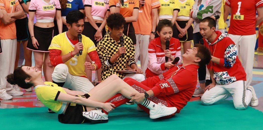 胡瓜(前右)在過年特別節目明星運動會單元裡玩得非常開心。圖/民視提供