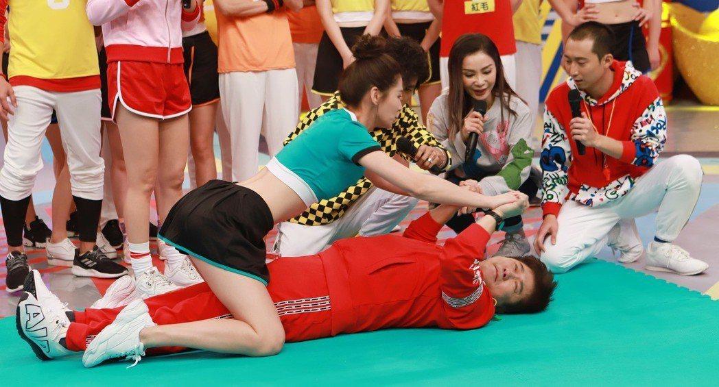 胡瓜(躺著)在過年特別節目明星運動會單元裡玩得非常開心。圖/民視提供