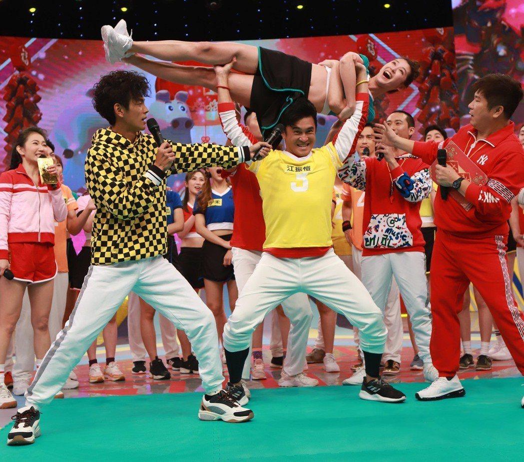胡瓜(右一)在過年特別節目明星運動會單元裡玩得非常開心。圖/民視提供