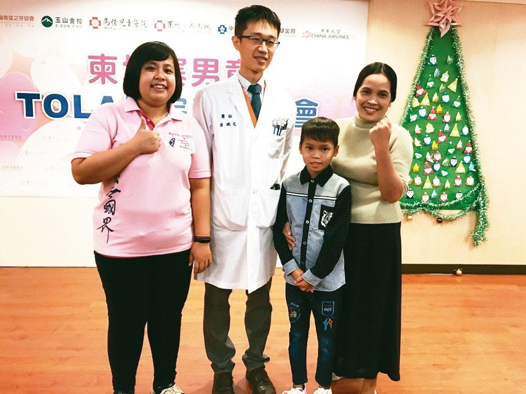 Tola(右二)跟母親、手術主刀醫師,馬偕心臟外科醫師徐綱宏合影。 記者簡浩正/...