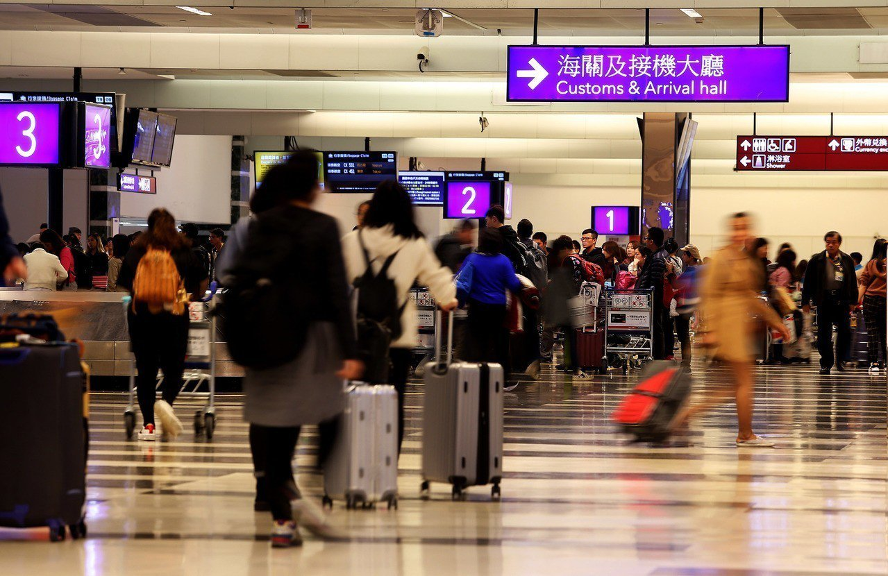 國人自國外攜帶本人自用及家用的不隨身行李物品,貨物稅將比照關稅課徵,可享2萬元免...