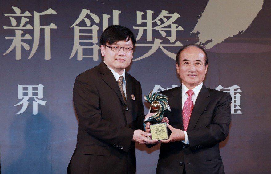 台大名醫陳昆鋒(左)曾在2014年獲頒第11屆國家新創獎。圖/翻攝自國家新創獎官...