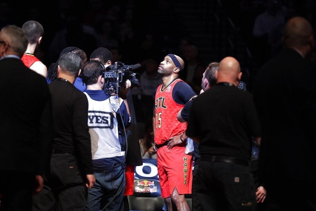 籃網球團在賽前播放過去卡特披籃網戰袍的精采片段,這位過去效力過的老將致敬。 美聯...
