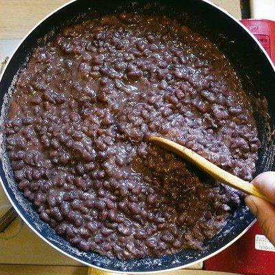 煮紅豆沙時要加一點鹽,讓味道更有層次。圖/太陽臉