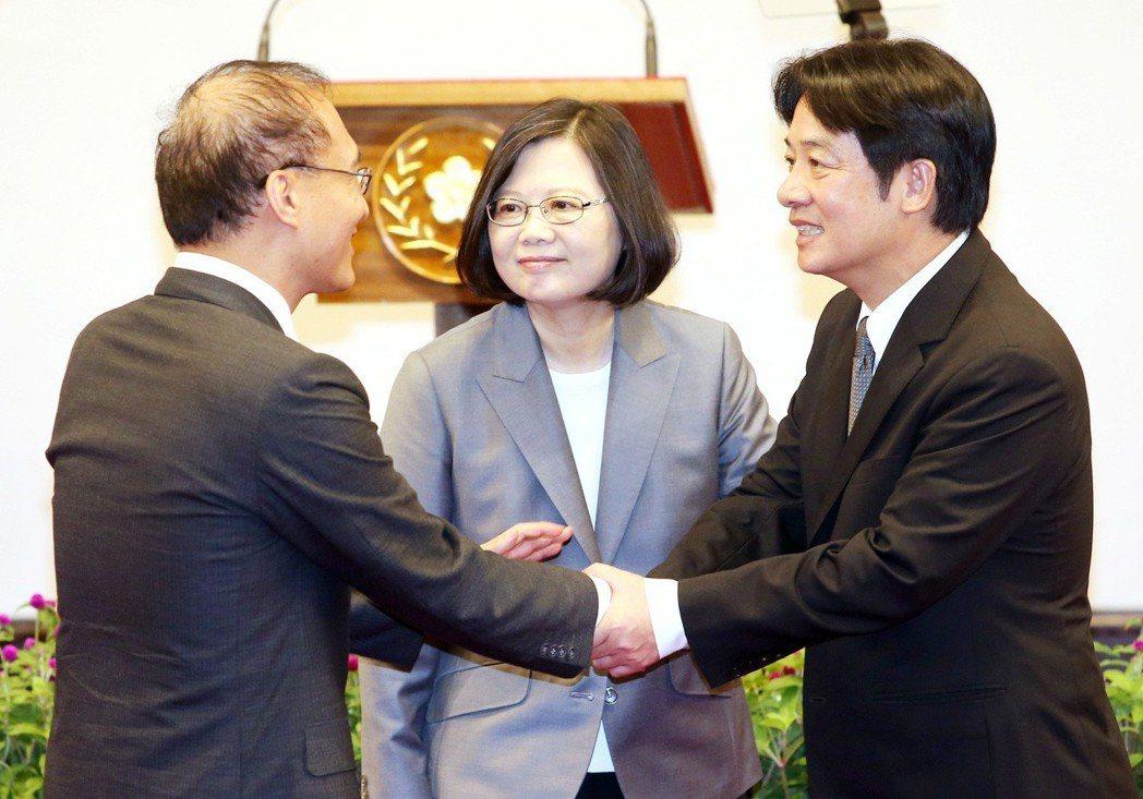 2017年9月,蔡英文總統(中)宣布行政院長林全(左)請辭獲准,新任行政院長由台...
