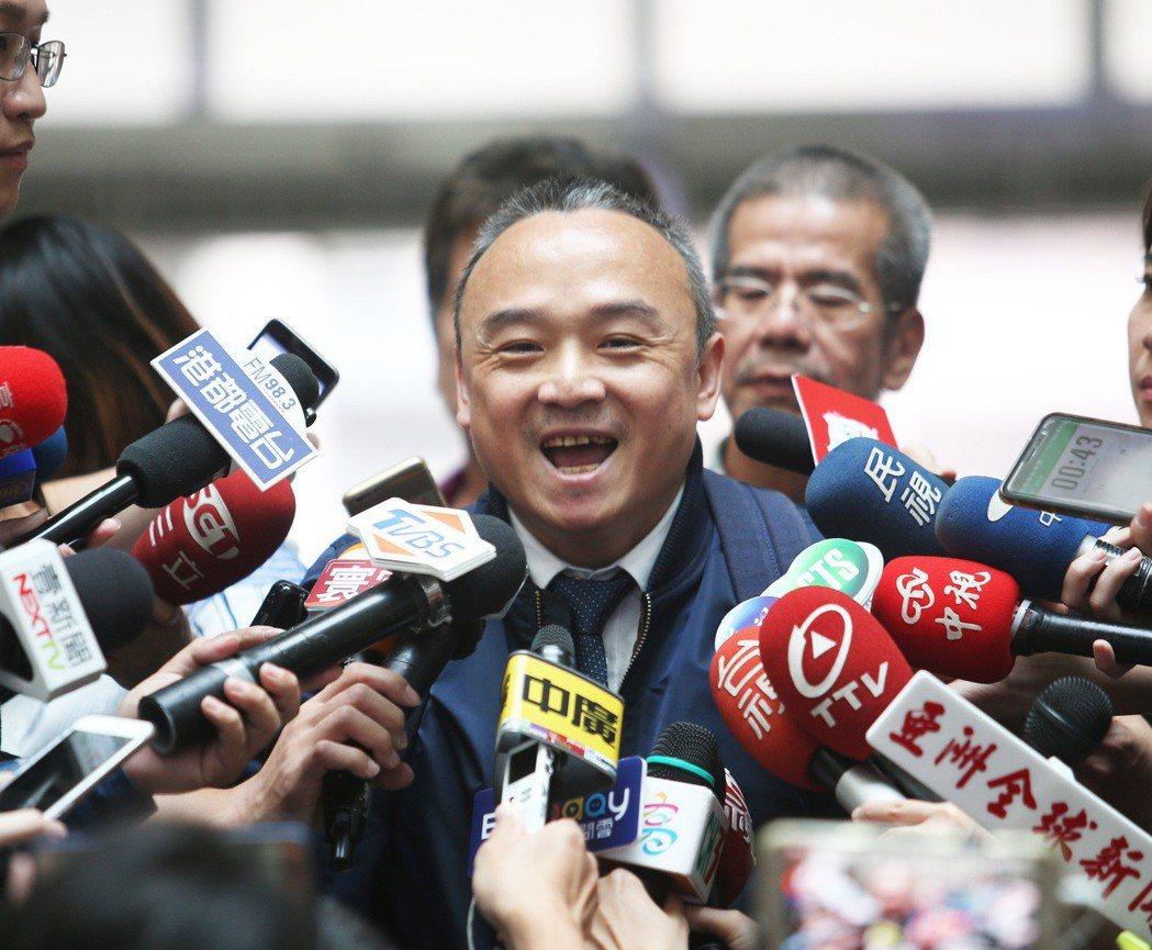 高雄市觀光局長潘恒旭點子多,韓冰上電台點唱林夕作品「紅豆」,就是出自他的構想。圖...