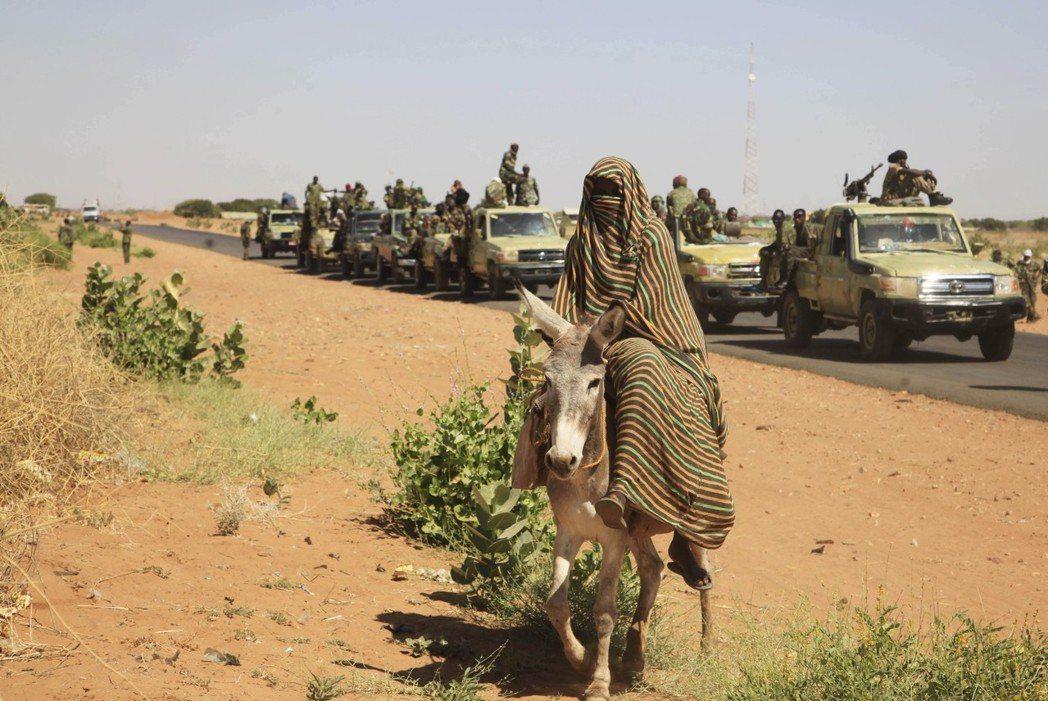 蘇丹是非洲政變次數最多的國家,圖為蘇丹軍方車隊。 (美聯社)
