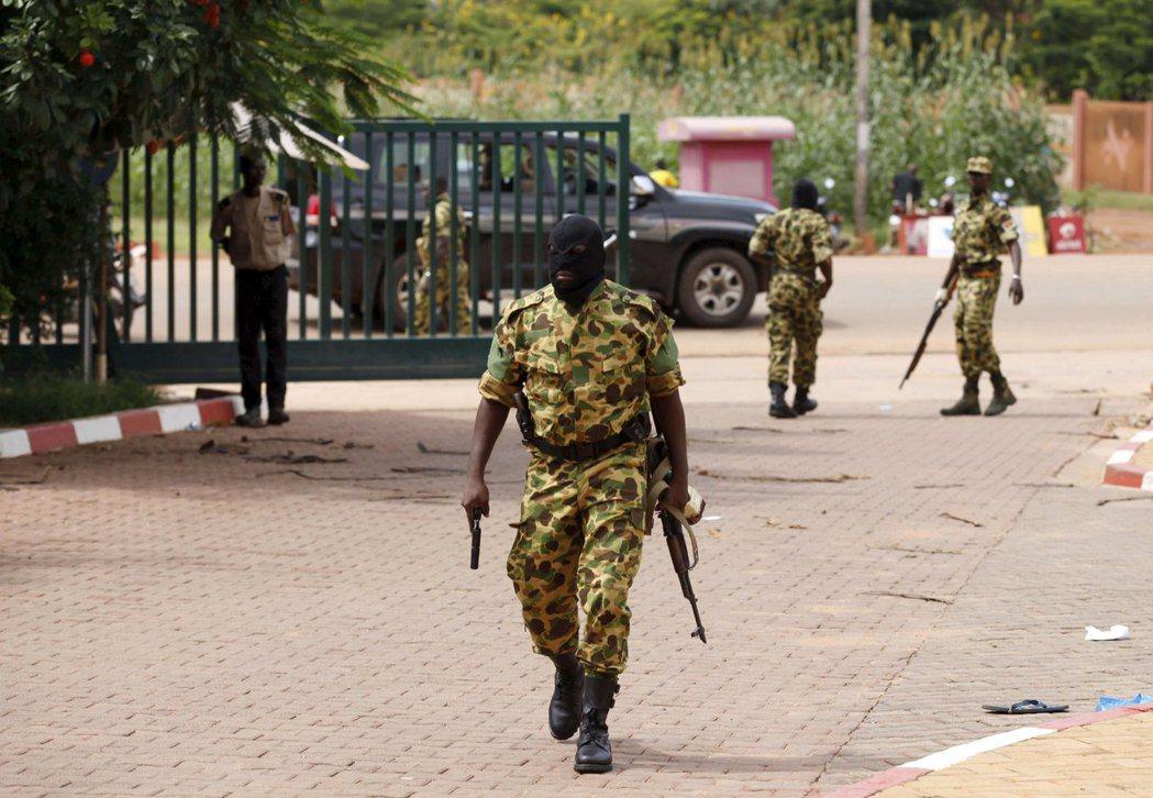 布吉納法索是非洲政變成功次數最多的國家,圖為2015年該國發生政變,效忠總統的軍...