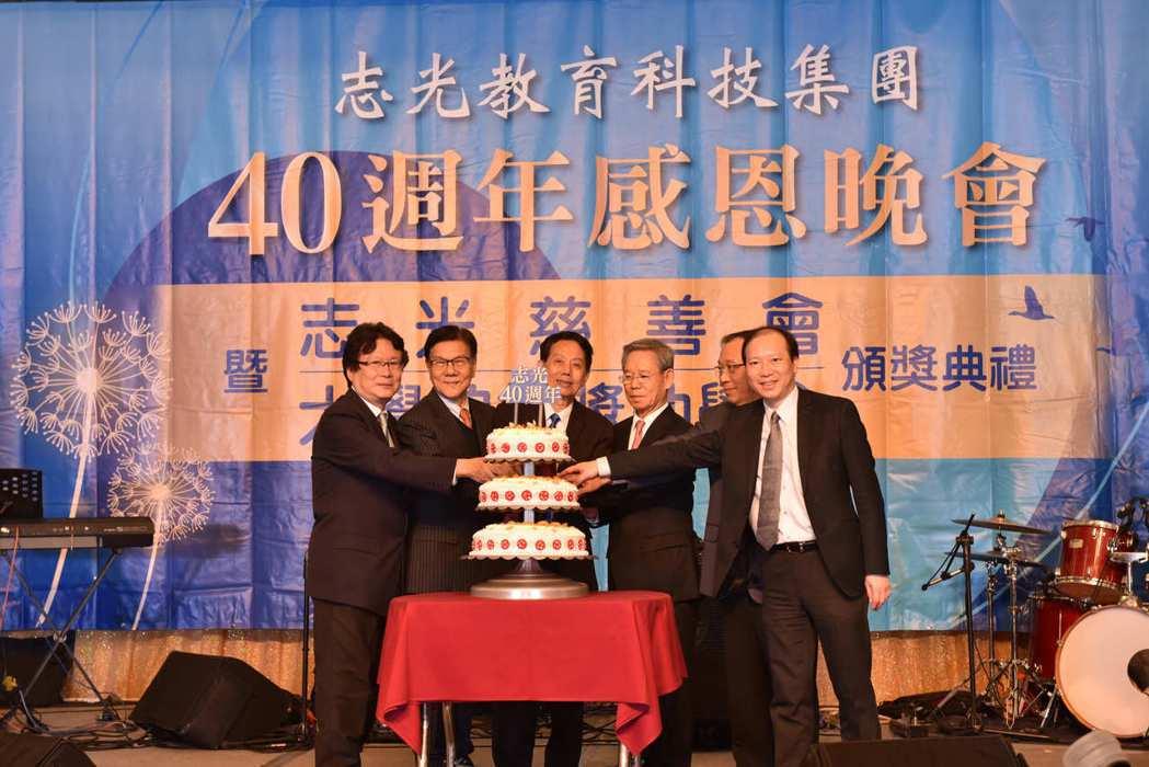 志光40周年慶,總裁林進榮(左三)跟貴賓一同切慶生蛋糕。 楊鎮州/攝影