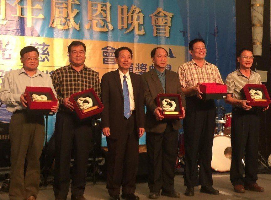 總裁林進榮(左三)感謝並表揚多位資深老師對志光教育的貢獻。 楊鎮州/攝影