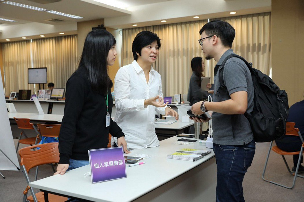 臺北創新實驗室在去年末推出會員制創業社群服務「仙人掌俱樂部」,邀請企業前輩擔任教...