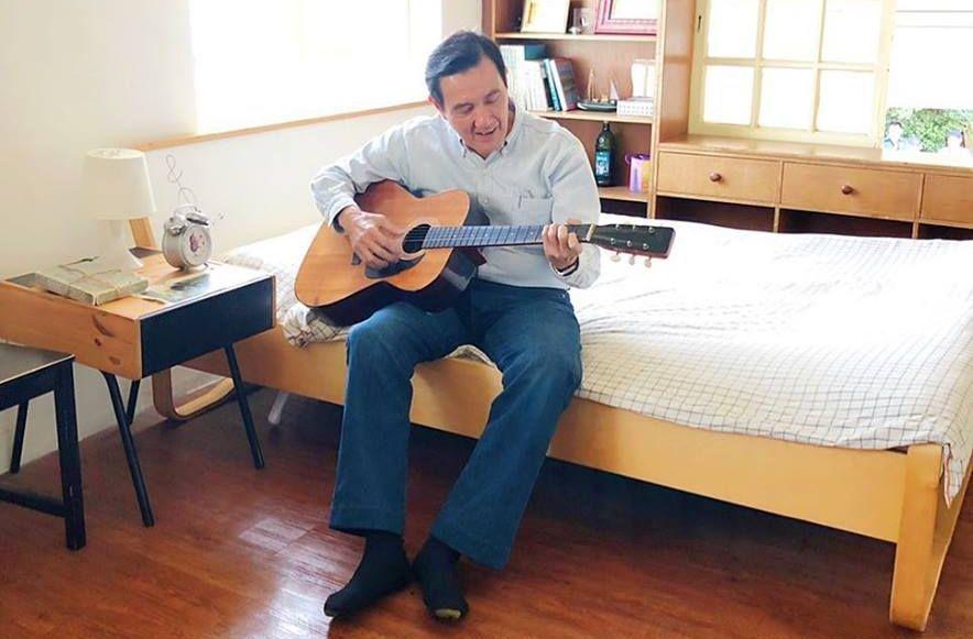 馬英九為新書打廣告,拿起吉他扮文青,開玩笑要臉友參加他的演唱會。 圖/截取自馬英...
