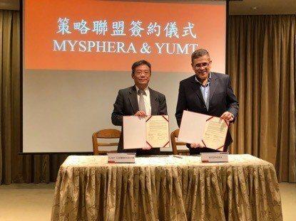元培醫事科大校長林志城(左)與西班牙MYSPHERA公司共同創辦人Guillen...