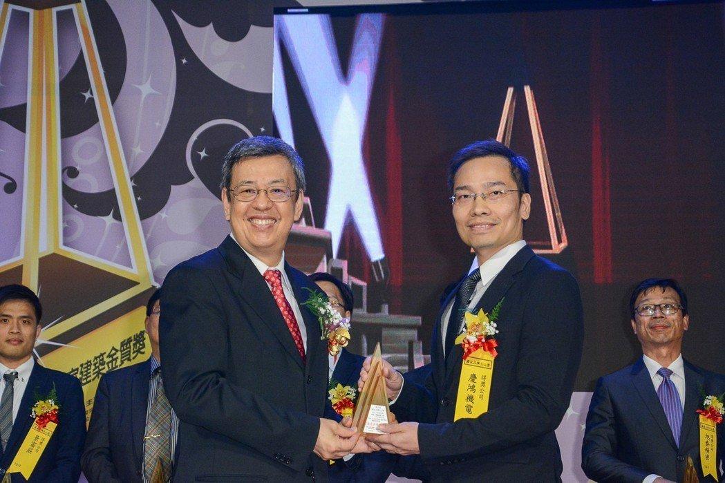 慶鴻機電「RV853L-智能化線性馬達驅動線切割機」獲得國家品牌玉山獎-最佳產品...