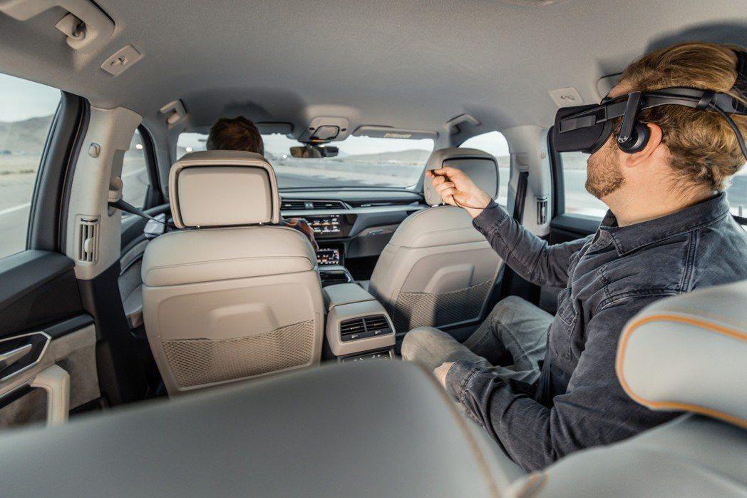 四環品牌於本屆CES首度提出Audi 沉浸式車內娛樂體驗(Audi Immersive In-Car Entertainment),融合車輛即時轉向與動態,將行進中的車輛轉變為行動主題樂園,當後座乘客在欣賞電影、體驗電玩或互動型內容時,可透過VR眼鏡獲得更直觀逼真的感受! 圖/台灣奧迪提供