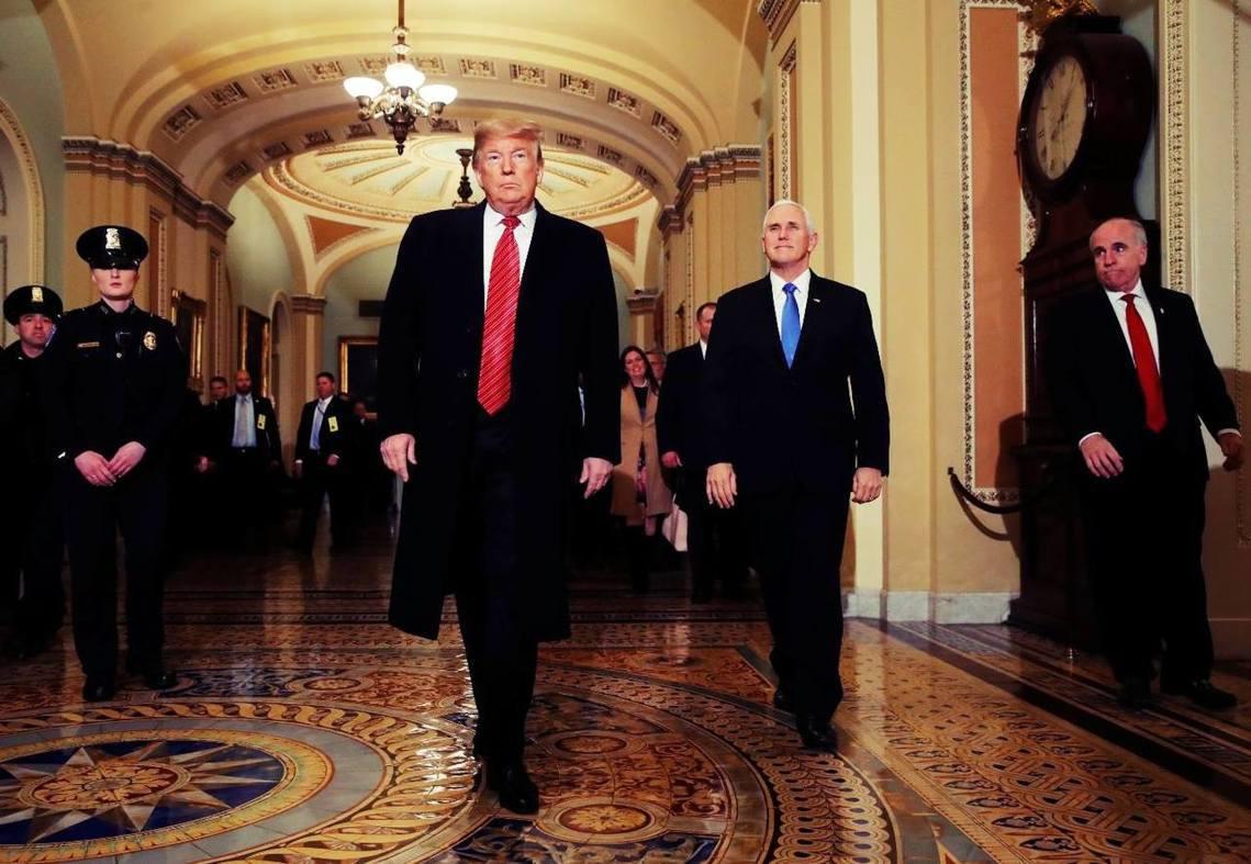 川普上陣親自喬!美國總統川普與在野的民主黨國會黨團領袖,為解決當前的預算僵局,展...