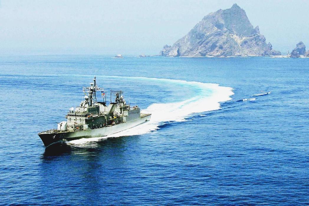 韓國軍艦以火控雷達照射日機的行徑,引發日本政府的強烈不滿。圖為2012年8月,航...