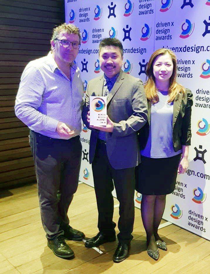 高崎設計公司榮獲2018年柏林設計獎殊榮負責人洪崧敏(中)領獎表示未來將創新研發...