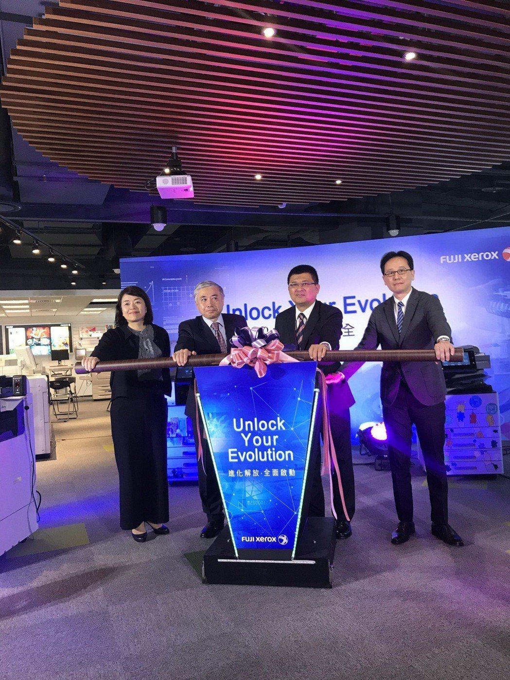 富士全錄董事長勝田明典(左二),率領公司主管共同啟動進化發表大會。項璿/攝影