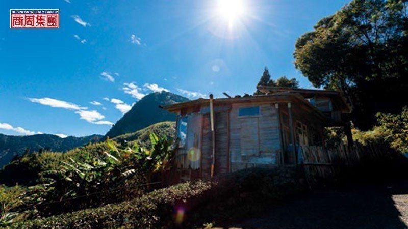 簡嘉文以二次材打造積木茶屋,不僅可飽覽鄒族聖山塔山全景,還能將雲海、夕陽與彩虹等...