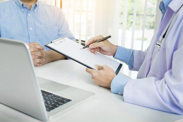 一名網友表示最近向某些壽險公司投保定期住院醫療險附約,結果保險公司在批註單中寫明...