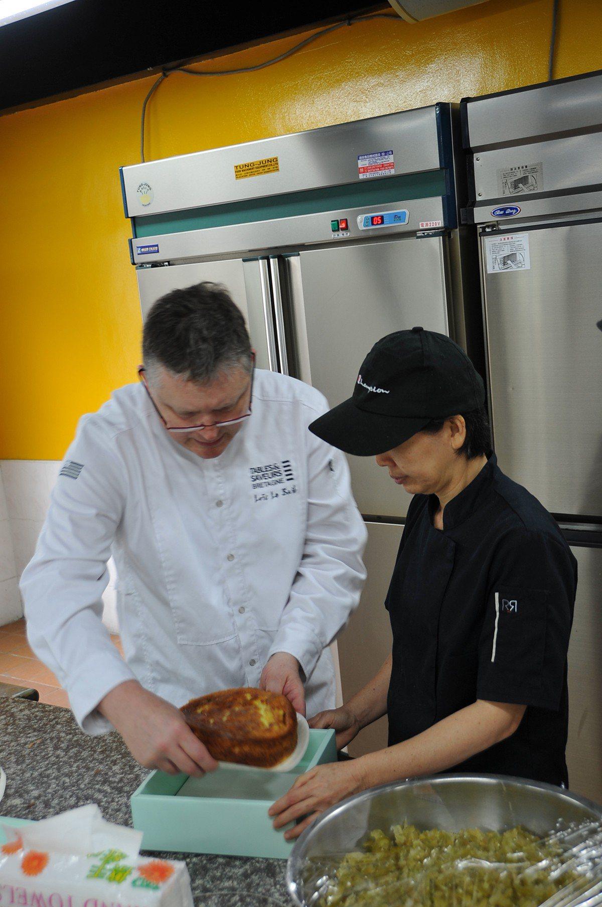 Loïc Le Bail主廚製作法國布列塔尼甜點 圖/臺灣觀光學院 提供