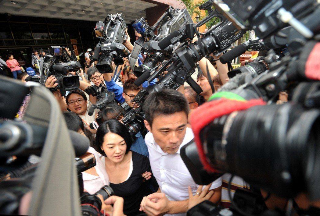 知名藝人小S為胖達人香精詐欺案到台北地檢署出庭作證時,被數十家媒體包圍,攝於20...