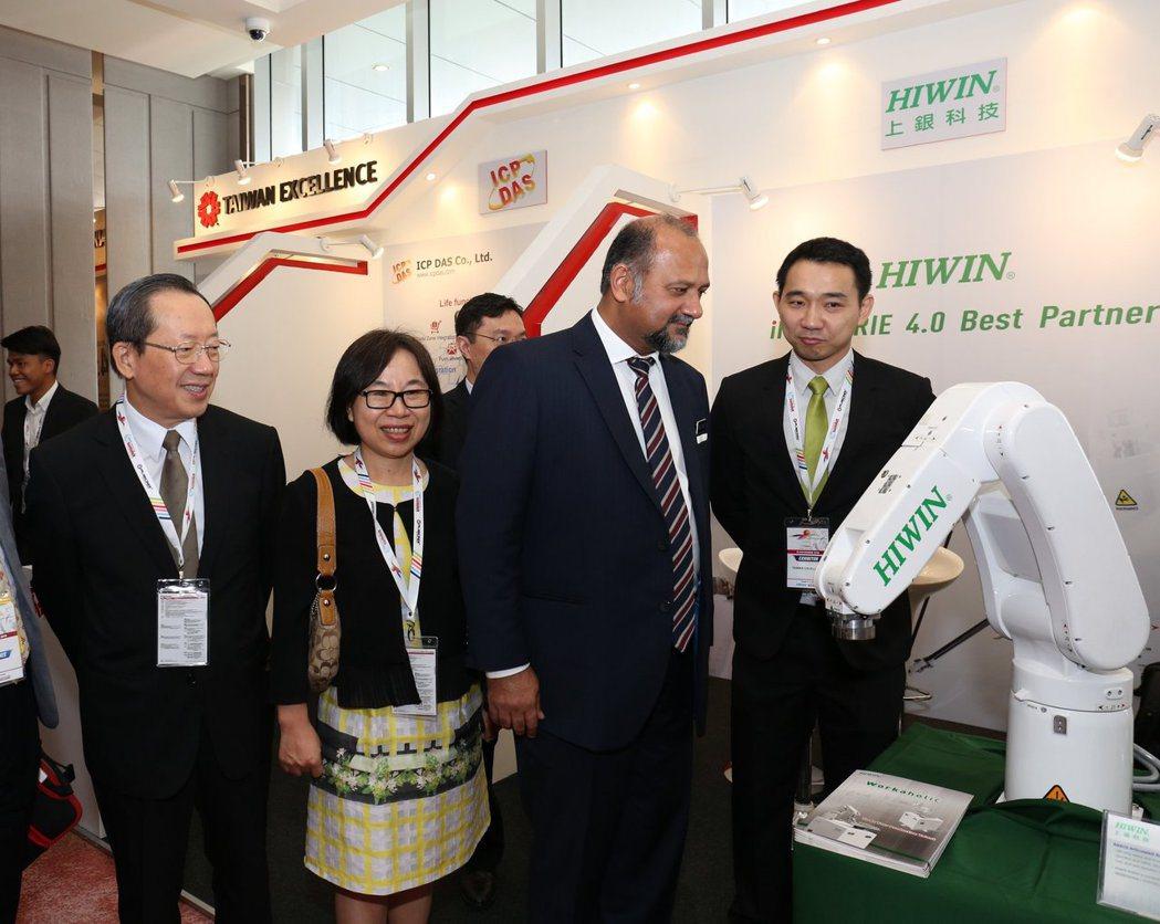 筆者與駐馬來西亞經濟文化辦事處經濟組徐大衛組長陪同馬來西亞通訊與多媒體部部長哥賓...