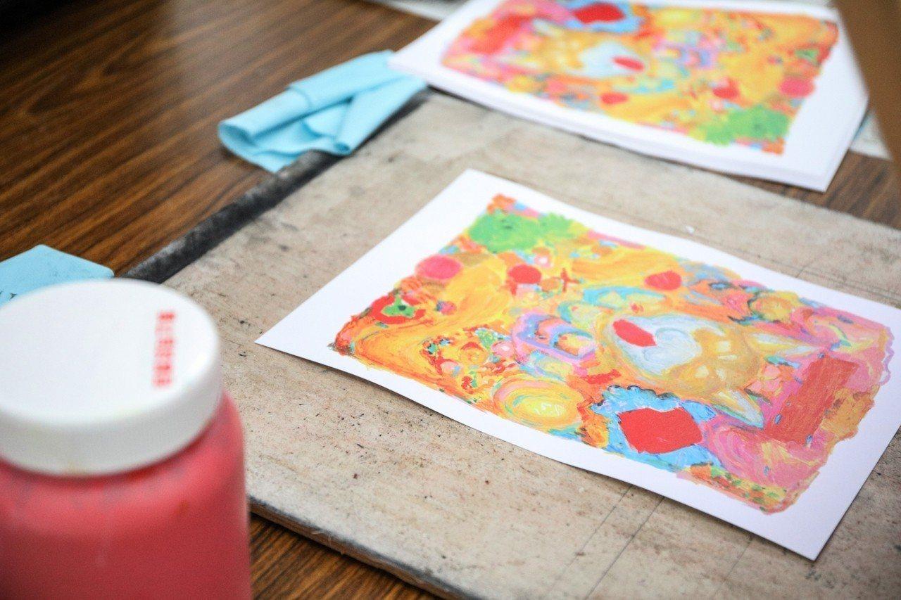 宜蘭縣政府邀請民眾一起製作版印年畫。