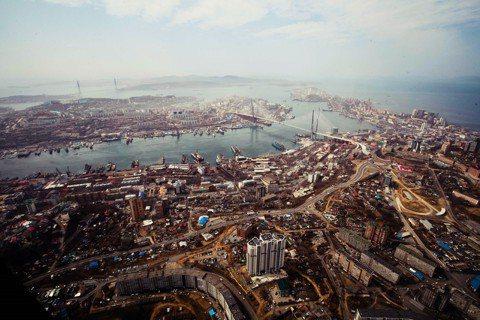 由於博斯普魯斯海峽每日交通繁忙、日漸不敷使用,2011年時,當時的土耳其總理——...